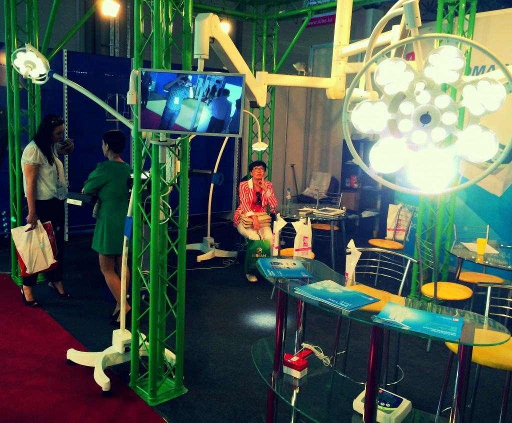 Медицинские светильники на выставке
